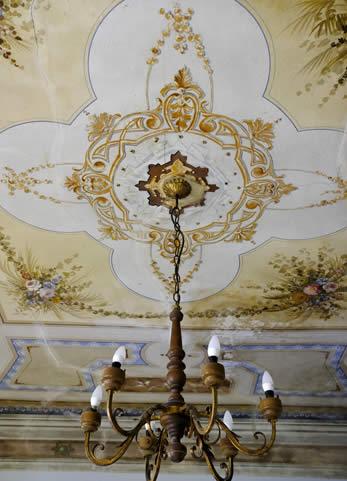 Dettaglio soffitto con lampadario